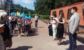 Жители Северного Тушина возложили цветы к мемориалу Героям Панфиловцам